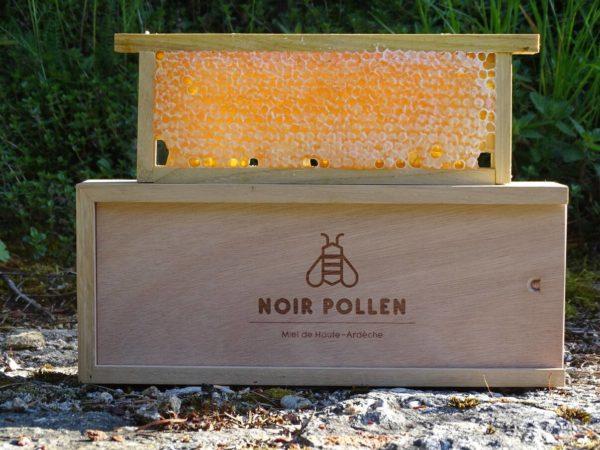 miel-en-rayon-cadre-sur-coffret-noir-pollen